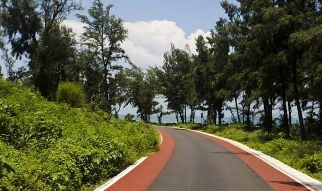 岛上唯一的环岛公路自码头从北至东贯穿贝壳沙滩沿岸,从环岛路上均可